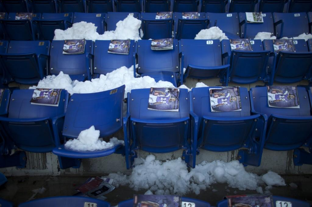 Snow+fills+Metrodome+seats.