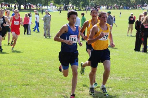 Mateo Nunez running at the Detweiller Invite in Peoria