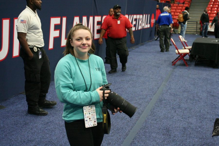 Photography+Editor+Hailey+Paisker+prepares+to+shoot+photos+at+the+Chicago+Elite+Basketball+Tournament.
