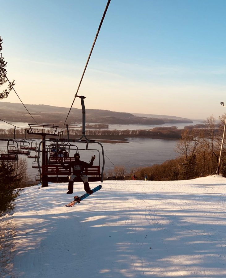 Student+enjoys+a+ride+on+the+ski+lift+on+January+20+at+Devil%E2%80%99s+Head+Resort+in+Wisconsin.+%0A